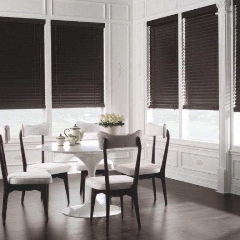 horizontālās žalūzijas viesistabai ar izcila dizaina interjeru