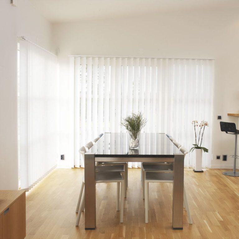 vertikālās žalūzijas viesistabas logiem